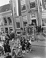 Serie Bezoek van koningin Juliana en prins Bernhard aan Friesland. Dansgroep in, Bestanddeelnr 904-2121.jpg