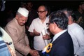 Shankar Dayal Sharma Shakes Hands with Ashes Prasad Mitra - Dedication Ceremony - CRTL and NCSM HQ - Salt Lake City - Calcutta 1993-03-13 04.tif