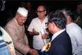 Shankar Dayal Sharma Shakes Hands with Ashes Prasad Mitra - Dedication Ceremony - CRTL and NCSM HQ - Salt Lake City - Calcutta 1993-03-13 04.tif