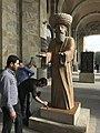 Statue exposée devant le musée d'histoire (Erevan) en phase de peinture.JPG