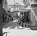 Straatje met winkelend publiek in de wijk Mea Shearim, Bestanddeelnr 255-0384.jpg