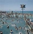 Tel Aviv. Het overvolle openluchtbad aan de boulevard, met daarin een paal met l, Bestanddeelnr 255-9263.jpg