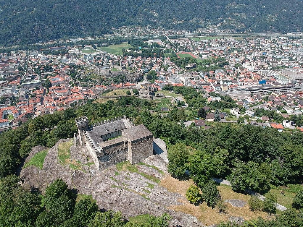 Blick in das Tessin-Tal mit den drei Burgen von Bellinzona: Castell di Sasso Corbaro (Vordergrund), Castello di Montebello (Bildmitte), Castelgrande (links oberhalb der Bildmitte). Three castles of Bellinzona
