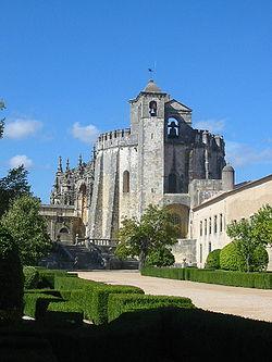 Igreja do Castelo dos Templários de Tomar (segunda metade séc. XII). A forma redonda da igreja evoca a igreja matriz dos templários em Jerusalém.