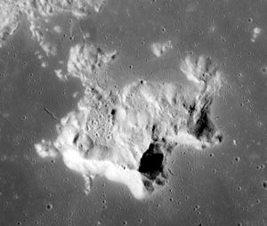 Tsiolkovskiy (crater) - Image: Tsiolkovskiy peak AS15 M 0481