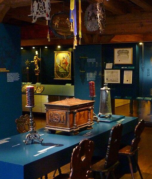file ulm tisch mit truhe leuchter zinnkrug brotmuseum. Black Bedroom Furniture Sets. Home Design Ideas