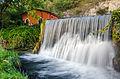 Una cascata di acqua limpida.jpg