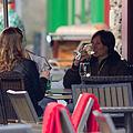 Une femme buvant à la terrasse d'un bar.jpg