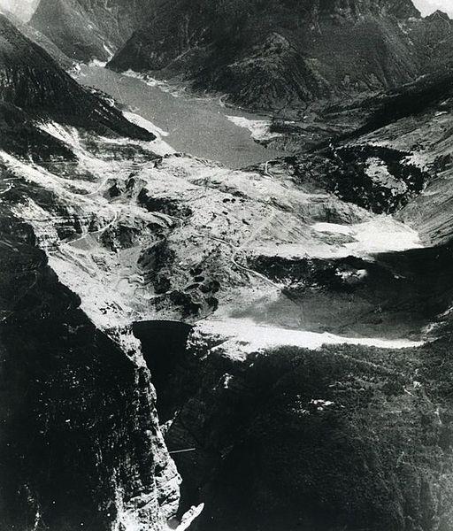 Вид на долину Вайонт после оползня, октябрь 1963 (Это произведение является работой служащего или сотрудника Армии США, сделанной или полученной им в ходе исполнения должностных обязанностей. Будучи работой высших федеральных органов государственной власти США, произведение находится в общественном достоянии.)