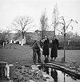 Van de Polls stiefdochters Renée en Hans met de heer Numann in zijn tuin, Bestanddeelnr 252-1915.jpg
