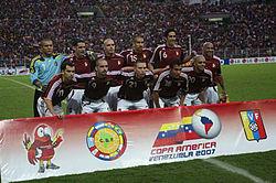 Jugadores de la selección venezolana antes de un enfrentamiento en la Copa  América Venezuela 2007. 53dfd987a90f9