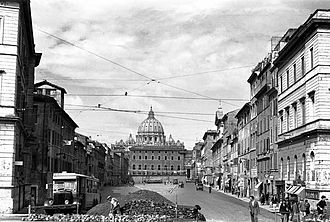 Palazzo dei Convertendi - The palace (centre), photographed during its demolition in 1937, is dominated by the massive dome of St. Peter's behind it