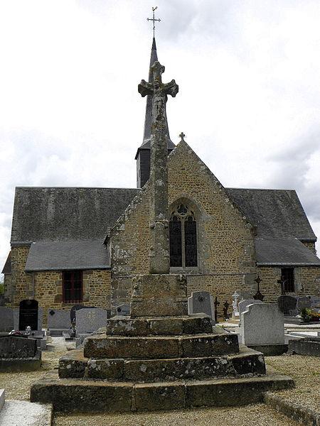 Église Notre-Dame-de-la-Visitation de Vieuvy (53). Chevet et croix de cimetière.