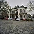 Voormalig Raadhuis annex secretariswoning met gepleisterde hoekpilasters en een middenrisaliet - Warmenhuizen - 20405223 - RCE.jpg