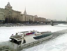 Walking icebreaker on the Moscow river.jpg