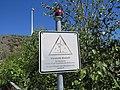 Warnschild Eisabwurf mit Warnlicht Windpark Piesberg.jpg