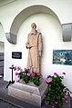 Wernberg Klosterweg 2 ehem. Schloss Arkadenhof Statue Abt Franz Pfanner 16082008 51.jpg