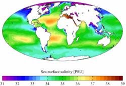 Salinidade média anual à superfície nos mares da Terra.