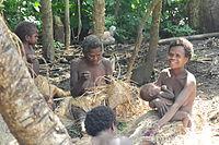 Yaohnanen Frauen weben und pflegen ihre Kinder