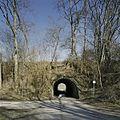 Zicht op de rondboogvormige tunnel van gewapend beton, onder de spoordijk met spoorlijn, met doorkijk - Kerkrade - 20388027 - RCE.jpg