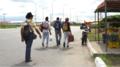Çantalarıyla yürüyen dört latin venezuelalı erkek.webp