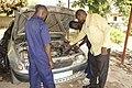 Élèves stagiaires en mécanique automobile 03.jpg