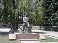 Հովհաննես Շիրազի հուշարձանը Գյումրու թատերական հրապարակում 01.jpg