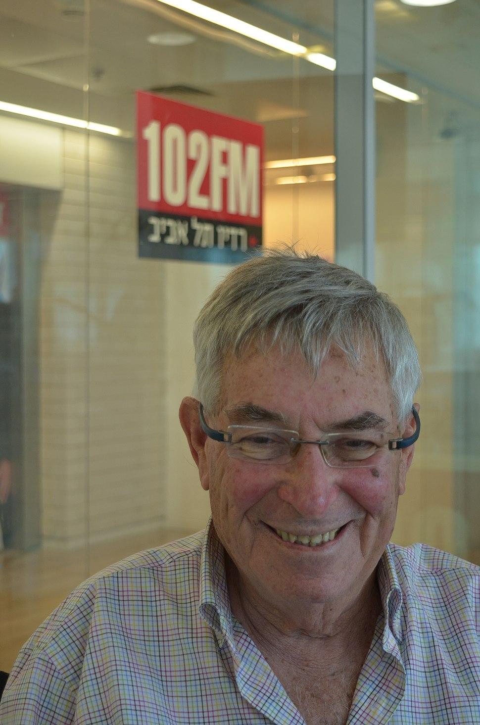 יצחק לבני באולפן רדיו תל אביב