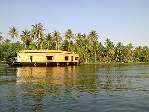 വേമ്പനാട്ടുകായലിലെ ഒരു ഹൌസ്ബോട്ട്.jpg