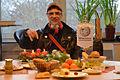 2014-12-18 Der Künstler Andora mit Adventskranz im Wikipedia-Büro Hannover.jpg
