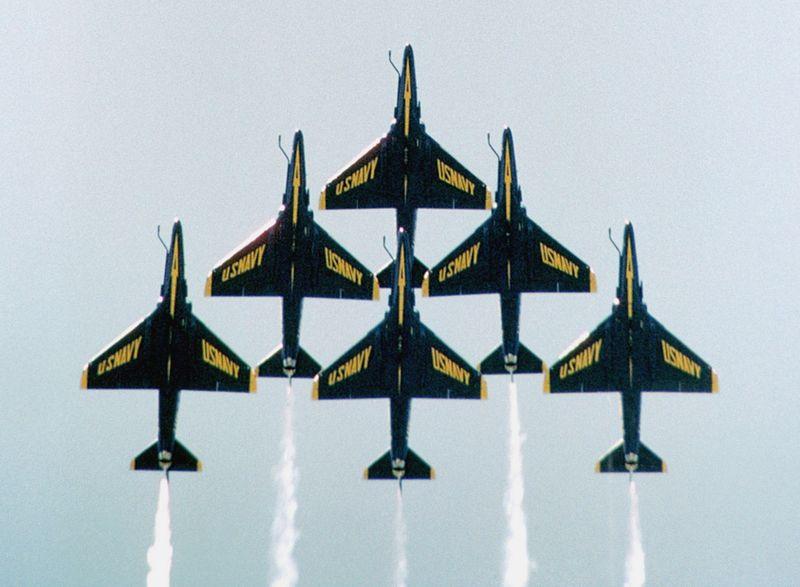 Consulta sobre video!! acrobacia con A-4! 800px-A-4Fs_Blue_Angels_delta_formation_undersides_1984