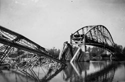 A felrobbantott vasúti híd. Fortepan 77781.jpg