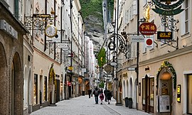 A view from Getreidegasse (Salzburg).jpg