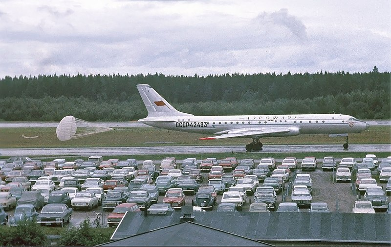 800px-Aeroflot_Tupolev_Tu-104B_at_Arland