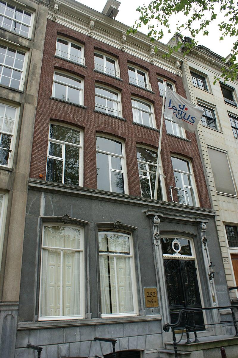 Pand met gevel onder rechte lijst met consoles in for Herengracht amsterdam