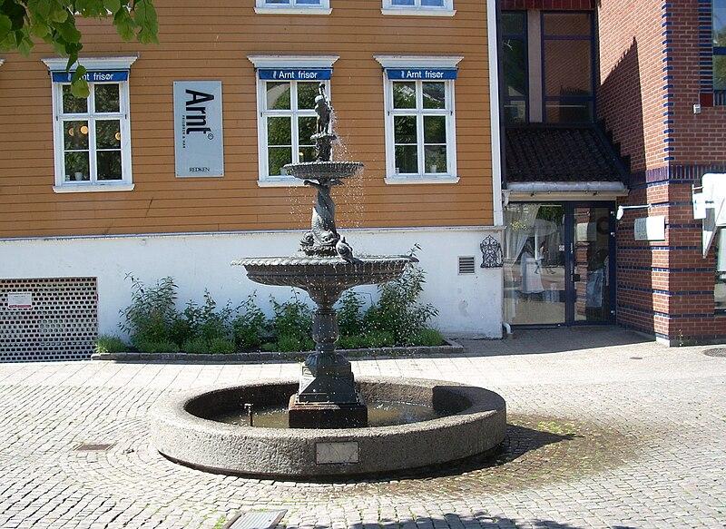 File:Arendal torv fontene 1.jpg