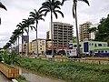 Av Beira Rio (o prédio verde do outro lado é a Policlínica e a Odontoclínica, ambos municipal) - panoramio.jpg