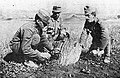 Avstro ogrski vojaki med razstreljevanjem neeksplodirane italijanske granate.jpg