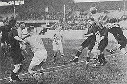 Luftspiel mit zwei belgischen Spielern und dem luxemburgischen Torwart, der versucht, den Ball zu berühren