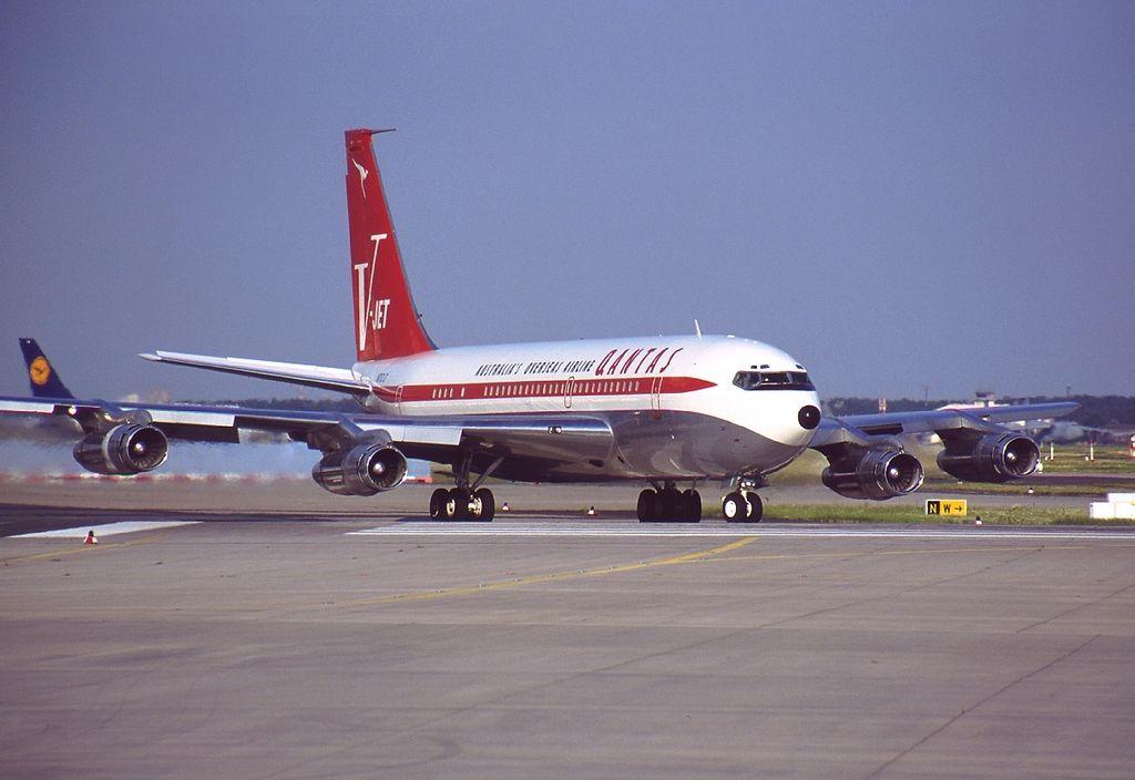 File:Boeing 707-138B, Qantas (John Travolta) AN0273147.jpg ...