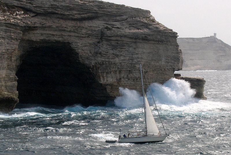 File:Bonifacio voilier phare de la Madonetta.jpg