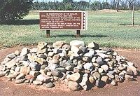 Hromadu kamene před informační značkou