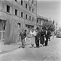 Bruidspaar en familieleden te voet op weg naar huis, vermoedelijk in Haifa, Bestanddeelnr 255-0304.jpg