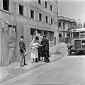 Bruidspaar en familieleden te voet op weg naar huis, vermoedelijk in Haifa, Bestanddeelnr 255-0308.jpg