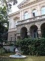 Budapest, Andrássy út, 118 - Сидя у особняка - panoramio.jpg