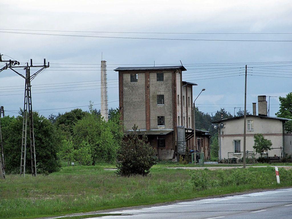 1024px-Budynek_m%C5%82yna_przy_Dworcowej.jpg