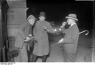 "1920s Berlin - Image: Bundesarchiv Bild 102 07740, Berlin, ""Schnaps Ede"" der Likör Verkäufer"