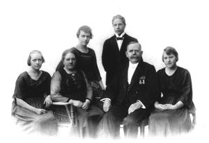 Carl Edvard Johansson - Carl Edvard, his wife Margareta and their four children, from left; Elsa, Signe, Edvard and Gertrud. Photo around 1930.