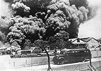COLLECTIE TROPENMUSEUM Het Nederlands-Indische leger vernielt marine-installaties te Soerabaja alvorens de Japanners landen TMnr 10001962.jpg