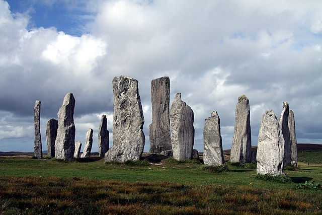 640px-Callanish_Stones_in_summer_2012_%287%29.JPG